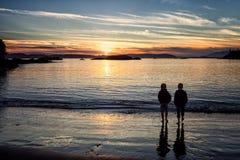 Dos amigos en la puesta del sol BB143125 Imágenes de archivo libres de regalías