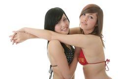 Dos amigos en trajes de baño del bikiní Imágenes de archivo libres de regalías