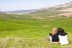 Dos amigos en un prado Fotografía de archivo libre de regalías
