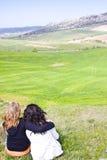 Dos amigos en un prado Fotos de archivo