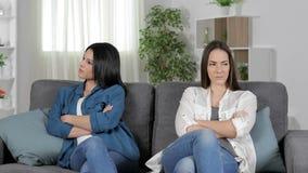 Dos amigos enojados en casa que se ignoran metrajes