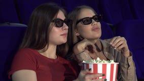 Dos amigos están discutiendo una película en el cine almacen de metraje de vídeo