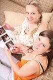 Dos amigos están llevando a cabo un sonogram Imagen de archivo libre de regalías
