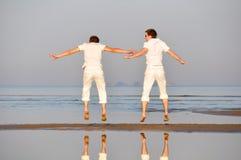 Dos amigos están saltando Foto de archivo libre de regalías