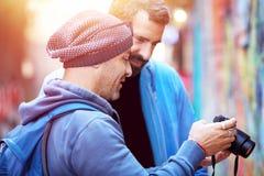 Dos amigos felices al aire libre Fotografía de archivo libre de regalías