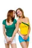 Dos amigos felices de las mujeres jovenes recorren juntos foto de archivo