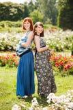Dos amigos felices hermosos de las mujeres embarazadas Imagen de archivo