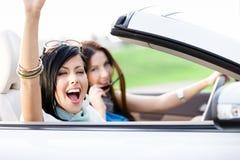 Dos amigos felices montan el cabriolé Fotografía de archivo libre de regalías