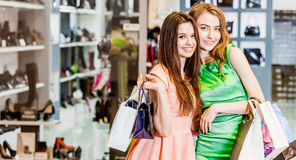 Dos amigos felices que hacen compras en alameda Foto de archivo libre de regalías