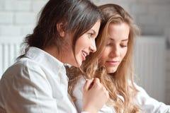 Dos amigos femeninos en el café Imagenes de archivo
