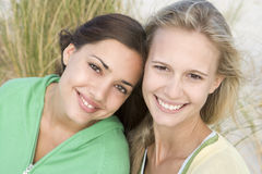 Dos amigos femeninos en la playa Imagen de archivo libre de regalías