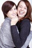 Dos amigos femeninos felices con las tazas de café Imágenes de archivo libres de regalías