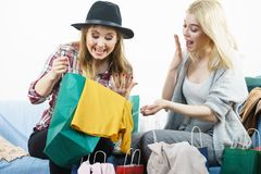 Dos amigos femeninos felices después de hacer compras Foto de archivo libre de regalías