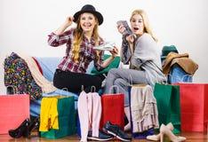 Dos amigos femeninos felices después de hacer compras Imágenes de archivo libres de regalías