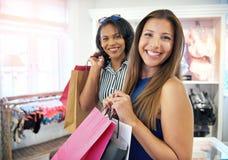 Dos amigos femeninos felices que hacen compras junto Imagen de archivo