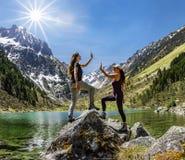Dos amigos femeninos que celebran arriba cinco foto de archivo libre de regalías