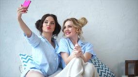 Dos amigos femeninos que hacen el selfie junto Concepto de amistad almacen de metraje de vídeo