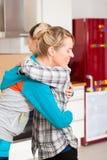 Dos amigos femeninos que se mueven en un apartamento Fotografía de archivo libre de regalías