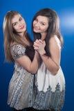 Dos amigos hermosos de las mujeres que bailan junto Foto de archivo