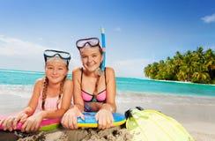 Dos amigos hermosos en la playa tropical de la isla Imagenes de archivo