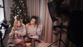 Dos amigos multirraciales atractivos que bailan delante de la cámara con los vidrios y el vino grandes en sus manos Durante un es almacen de metraje de vídeo