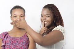 Dos amigos negros no hablan ninguna mano malvada Imagen de archivo libre de regalías