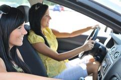 Dos amigos que conducen en coche Fotos de archivo libres de regalías