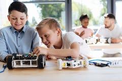 Dos amigos que construyen un vehículo robótico junto Imagen de archivo
