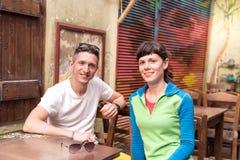 Dos amigos que esperan a un camarero en el café viejo Fotos de archivo libres de regalías