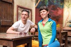 Dos amigos que esperan a un camarero en el café viejo Foto de archivo libre de regalías