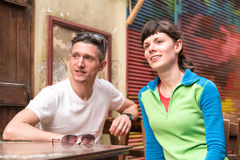 Dos amigos que esperan a un camarero en el café viejo Foto de archivo