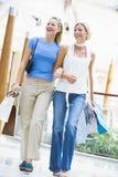 Dos amigos que hacen compras en alameda Foto de archivo libre de regalías