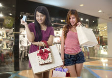 Dos amigos que hacen compras en la alameda imágenes de archivo libres de regalías