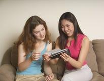 Dos amigos que miran las fotos fotos de archivo libres de regalías