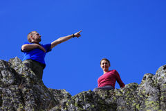 Dos amigos que se divierten encima de la montaña Fotografía de archivo