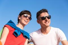 Dos amigos que se relajan en el banco después de un paseo Imágenes de archivo libres de regalías