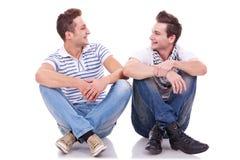 Dos amigos que sonríen el uno al otro Fotografía de archivo libre de regalías
