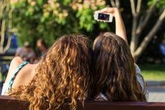 Dos amigos que toman el selfie por smartphone Fotos de archivo libres de regalías