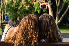 Dos amigos que toman el selfie por smartphone Fotografía de archivo libre de regalías