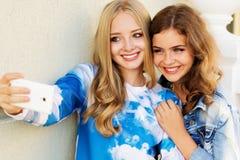 Dos amigos que toman el selfie por smartphone Imágenes de archivo libres de regalías