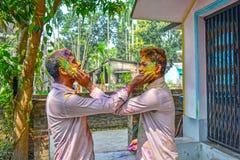 Dos amigos se están coloreando durante el festival de Holi en la India imagen de archivo libre de regalías
