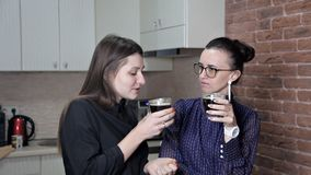 Dos amigos son de reclinación y de consumición del café Descanso para tomar café Café a ir almacen de metraje de vídeo