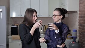 Dos amigos son de reclinación y de consumición del café Descanso para tomar café Café a ir metrajes