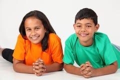 Dos amigos sonrisas grandes étnicas felices del muchacho y de la muchacha Fotos de archivo
