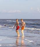 Dos amigos y hermanos adolescentes en la playa Imágenes de archivo libres de regalías