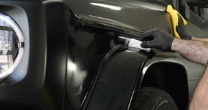 Dos amos profesionales en la pintura y la cerámica del coche cubrieron una capa metrajes