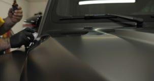 Dos amos profesionales en la pintura y la cerámica del coche cubrieron una capa almacen de metraje de vídeo