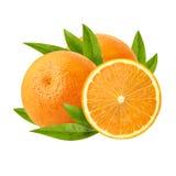 Dos anaranjados jugosos maduros y su mitad aislados en naranja jugosa madura del backgroundThree blanco Fotos de archivo libres de regalías