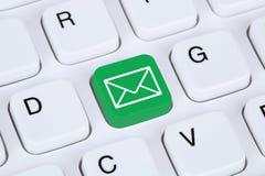 Dosłanie email przez interneta na komputerowej klawiaturze Obraz Stock