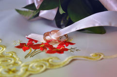 Dos anillos. amor. el casarse Imagen de archivo libre de regalías